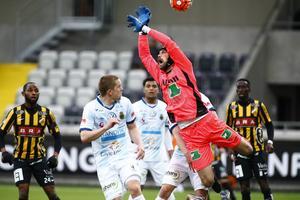 Här tappar Gefle IF:s målvakt Emil Hedvall bollen – och GIF matchen. Det blir 1–1, och GIF:s drömstart försvinner.