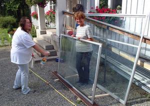 Susana Guccan och Margaret Verec putsar glaset till Ragundabjörnens monter.