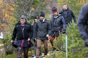 Prinsparet under fjällvandring tillsammans med Benny Jonsson (längst fram) och Peter Andersson, båda representanter från Idre sameby.