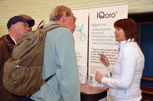 Agneta Wallner från Iqoro förevisar en bettskena som hjälper vid sväljsvårigheter.