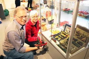 Minnen. Eric och Britt Magnusson har lånat ut sina leksaker till Arboga museums utställning om leksaker genom tiderna. Utställningen pågår fram till slutet av augusti.