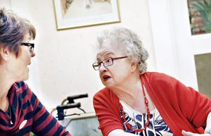 Margareta Östlund och Gun Hellman tycker att det är bra att ta med en banan att äta om man blir hungrig på natten.