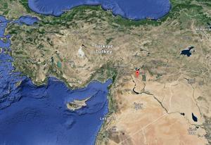 Den röda markeringen visar var staden Suruc ligger. Strax söder om gränsen ligger staden Kobane.