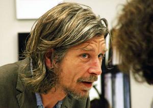 """""""Det stora temat är relationen till pappan, och det är det som får romanen att lyfta"""", skriver Olof Ekerlid om Karl Ove Knausgård bok """"Min Kamp 3""""."""