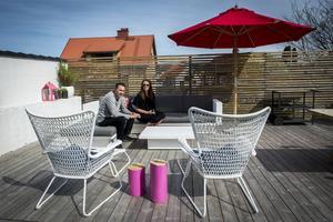Soldäcket på baksidan är stort och stilfullt inrett. De rosamålade stubbarna är perfekta som avställningsbord för en kopp kaffe eller ett glas vin.