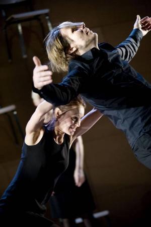 Gråt inga tårar. Jossan (Lisa Hennix) och Krister (Ossi Niskala) i dansbandsmusikal.
