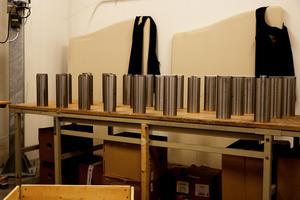En del av de delar som anländer till SLP:s lager kräver åtgärder för att kunna lagras. Här är maskindelar uppställda för att rostskyddas innan de ställs i lagerhyllorna.