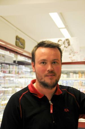 Toni Gullfors är Icahandlare och brukar sälja som mest under skärtordagen.