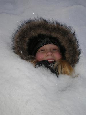Frida passade på att gräva ner sig i snön.