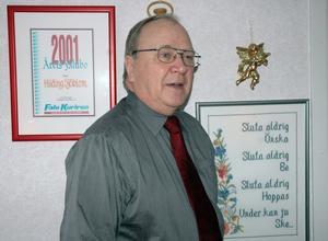 Hilding Sjöblom är känd och omtyckt av många i Falun. Det visar inte minst diplomet på väggen bakom honom, där det konstateras att han 2001 utsågs till Årets Falubo. Foto:Lars-Erik Måg