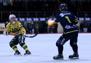 Faluns Jesper Jakobsson plockar ner bollen framför Ljusdals libero Johan Berglund.