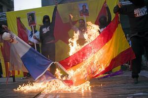 Krisen djupnar. Demonstranter i Barcelona bränner den spanska flaggan. I krisens skugga växer krav på full självständighet för Katalonien.foto: José Colon/AP Photo/scanpix