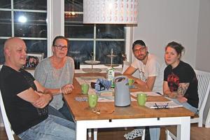 Johan och Maria Moberg, pappa och mamma till Cecilia, har nyligen åtgärdat sin avloppsanläggning och det gick på 150 000 kronor. Och då gjorde Johan, som är rörmokare, mycket av arbetet själv och fick bra priser på materialet. Bredvid Cecilia sitter hennes sambo Erik.