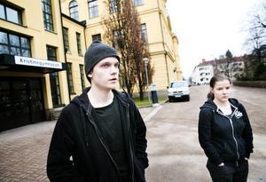 Simon Åsberg och Janina Larsson går på Kristinegymnasiet där man i flera år flaggat för att luften är dålig– utan resultat.