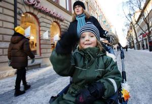 """Eva Nyström och sonen Theo Månsson, Östersund, ska vara hemma. """"Vi var i Gräftåvallen under jullovet men på sportlovet blir det jobb för hela slanten"""", säger Eva Nyström."""