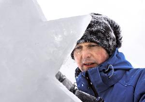 Stjärna på is. Sico Dob från föreningen Isstjärnan i Hällefors kommer på måndag att lära sportlovslediga Kumlabarn att skulptera i is. Arkivbild:BIRGITTA SKOGLUND