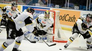 Västerås brottas med stora ekonomiska problem vilket kan göra att de inte får spela i hockeyallsvenskan nästa säsong. Därmed kan det räcka med att komma trea i kvalserien till hockeyallsvenskan den här säsongen.