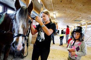 """Linnea Lindroth är ofta i stallet för att hjälpa de yngre ryttarna som går på ridlekis. """"Jag brukar åka hit direkt    efter skolan och leda hästarna åt barnen på ridlekis"""", säger hon.  Foto: Henrik Flygare"""