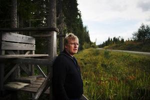 Per Hansson från Nälden är irriterad på att det bedrivs jakt vid allmänna vägar. Nyligen avlossades ett skott mot en älg nära hans bil.