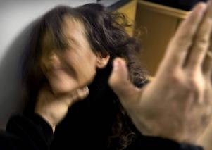 Torsdagar i svart är en aktion mot bland annat våld mot kvinnor. Observera att bilden är arrangerad med skådespelare.