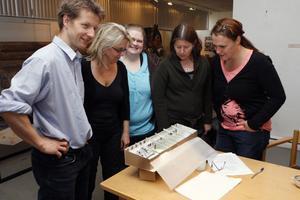 Delar av styrelsen för Kooperativet Ljusdals barnteater studerar modellen för lokalen på gamla Loftet. Från vänster Sven Cahling, Vibeke Sjögren, Marie Löfgren, Torun Sjögren och Eva von Hofsten.