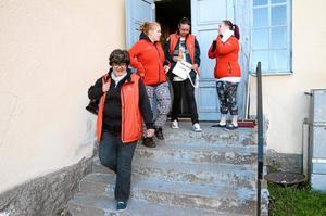 På väg ut. Vivi-Anne Wellermo, Sofia Davidsson, Ylva Jönsson och Sanna Falk Berlin tar första skiftet på skolavslutningskvällens nattvandring. När västar och jackor är på och telefonnummer till varandra är sparade är det dags att ge sig ut på stan.