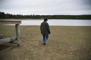 Christina Hjelm sörjer sin förlorade bad- och fiskeplats i Fagervikssjön som tappats rekordmycket i år.