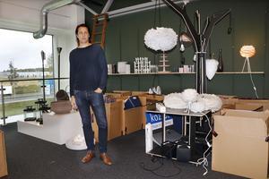 En viktig del i Happynests nya lokaler är ett visningsrum för företagets produkter. Arbetet med att inreda rummet var dock bara påbörjat vid NA:s besök. En viktig kontakt med kunderna är annars tre stora möbel- och inredningsmässor, där företaget deltar varje år, berättar Johan Sjöstedt.