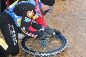 Stefan Svensson knackar till lite hjul under tävlingen.
