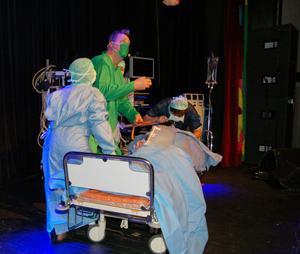 Asbjörn Österberg och hans kirurgteam gav exempel på hur en operation kunde gå för länge sedan i början av 1900-talet på Mora lasarett. Det var ett av kvällens bejublade spexnummer.