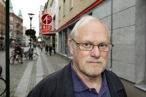 Hyllas stort. Regissören Jan Troell får Svenska Akademiens finaste utmärkelse.