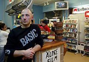 Per Högbom hann knappt öppna sin butik innan tjuvarna slog till första gången. Efter det andra inbrottet i fredags tänker han vaka i butiken, dag och natt. Foto: LEIF JÄDERBERG