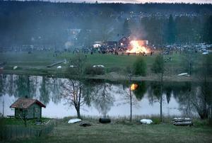 Vacker syn. Inom loppet av tre dagar lyckades arrangörerna anlägga en ny brasa vid Jägarnäs. En ståtlig eld som speglade sig i sjön Haggen.