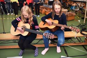 Engla och Meja, årskurs fyra, spelade gitarr medan resten av klassen sjöng i bakgrunden.