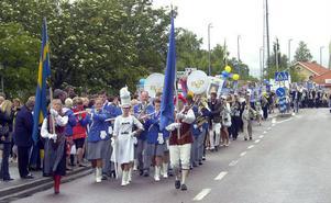 Eftersom det var hela 152 ungdomar som tog studenten vid Voxnadalens gymnasium i år blev det ett ovanligt långt studenttåg. Mer vanligt men lika uppskattat är det att Bollnäs ungdomsorkester går i täten.