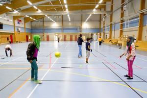 – Här får alla vara med, inte bara killarna, säger Mona Abdulla, 13 år, (till höger) som sparkar en boll till kompisen Marian Abdulgadir, 13 år.