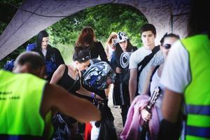 Fullpackade besökare på väg in till campingen.