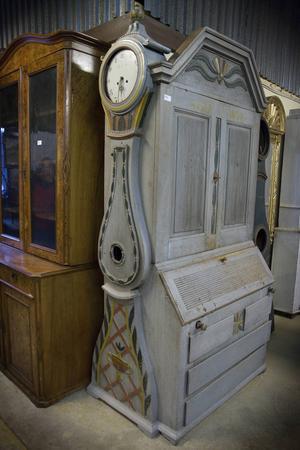 Ett allmogeskåp av Olod Brunk från Alfta är ett ovanligt föremål som nu går att ropa hem.