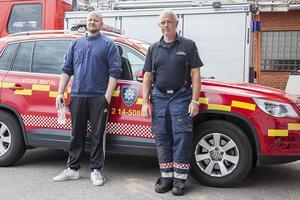 Bengt-Olof Johansson (till vänster), räddningsledare Sveg och Karl-Erik Persson (till höger) Yttre befäl vid brandstationen i Sveg efter släckningsarbetet avslutats.