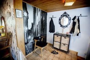 Galgarna i hallen är gamla järnkrattor som målats och blivit snygga och annorlunda hängare.