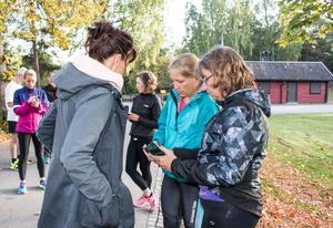 Annika Lundeberg och Marita Lyckstedt gör sig redo inför passet med Lotta Brangefält uppe på Djäkneberget.