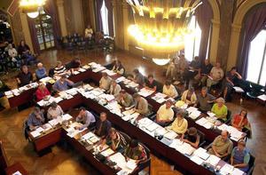 Det nya förslaget om majoritetsstyre skulle innebära att oppositionen inte längre får sitta i kommunstyrelsen, men kommunfullmäktigegruppen skulle i gengäld få mer att säga till om.