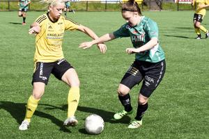 Ida Sjöström (till höger) gjorde 1–1 målet när Själevad fick 2–2 borta mot IFK Timrå.