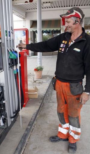 – Pumparna ser ut så här nu, säger Micke Roxström, som reser landet runt och monterar bränslepumpar för Bensinmontages räkning. Tumstocken visar att handtagen sitter 110 centimeter ovanför marken.