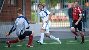 Här skjuter Andreas Andersson 3-0 för Hallsberg mot Hoif.