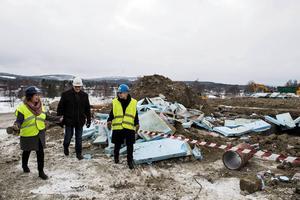 Anna Reynberg Sjölund, avdelningschef för kommunens särskilda boenden, Lars-Gunnar Larsson, projektledare för Nybygget och Anna-Belle Strömberg (S), ordförande i kommunens omsorgsnämnd, var alla glada över att bygget nu är i gång på allvar.