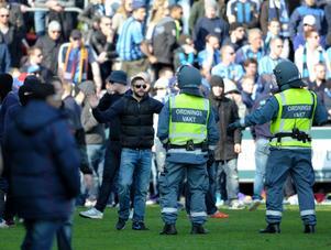 Djurgårdens klack stormar planen under söndagseftermiddagens match mellan Helsingborgs IF och Djurgårdens IF på ett Olympia i Helsingborg.