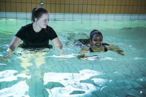 Under ledning av Ann Fröderberg får Suzi Fisahasien, från Eritrea, lära sig att simma.