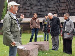 Stenexperten Karl-Erik Perhans till vänster berättar om de 15 olika intressanta stenar som finns att se vid Leksands kyrka.