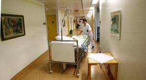 Ännu en patient. Nästan alla vårdbehövande kommer in via akuten och de kan inte vänta. Ingrid Pusztai bereder plats för en dam anlänt från röntgen.